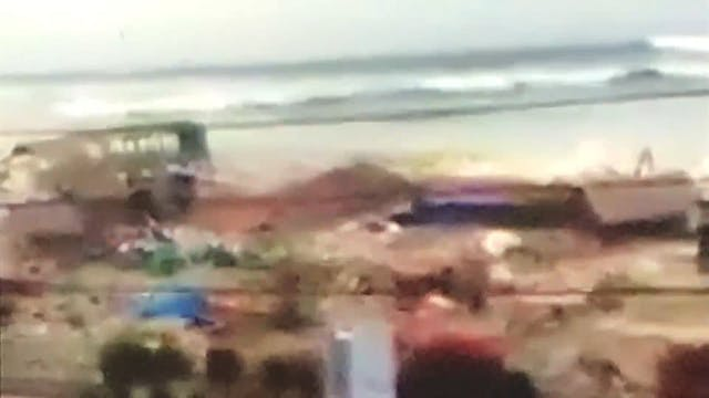 Indonesia tsunami 2018 - Man begs peo...