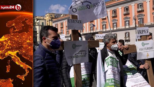 Croci in piazza Plebiscito per la protesta dei commercianti contro le chiusure