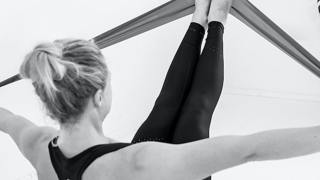 GLUTES & CORE WITH RESISTANCE BAND