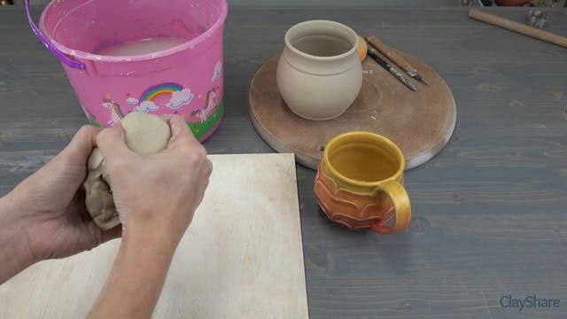 Petal-Mug-06-Pulling-Handle
