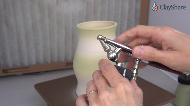 Airbrush-Underglaze-04-Spray-Vertical-Form