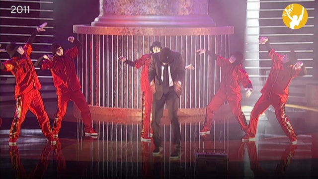 Wayne Brady Performs with the Jabbawockeez