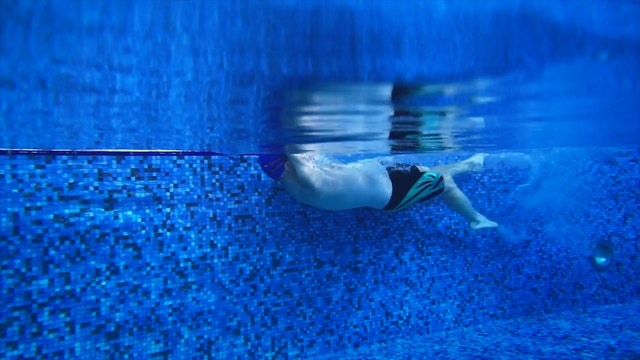 13. Плавание на спине. Гребки одной рукой (вторая рука прижата к телу)
