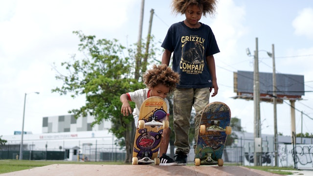 The Amazing Skateboard Brothers Aged 8 And 2 - Little Heroes