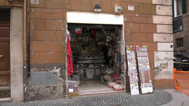 Souvenir shops reopen in Rome, despit...