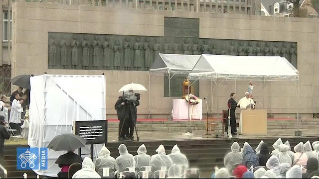 Pope visits memorial to Nagasaki mart...