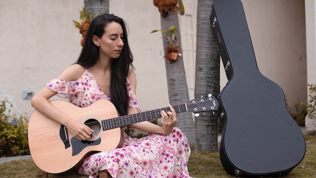 Juliana Pérez, the artist who combines music and painting to transmit faith