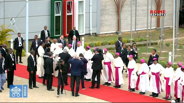 Pope says goodbye to Africa and begins trip back to Rome