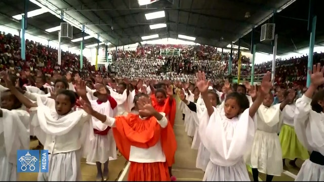 Hundreds of children welcome the pope in Akamasoa with a colorful dance