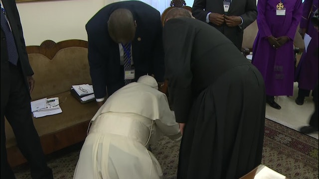 Pope's unexpected gesture: kisses feet of South Sudan leaders