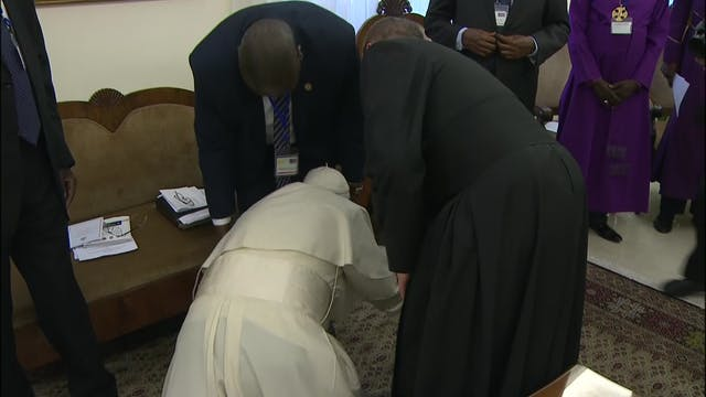 Pope's unexpected gesture: kisses fee...