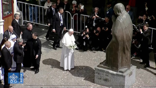 Pope visits Memorial in honor of Moth...
