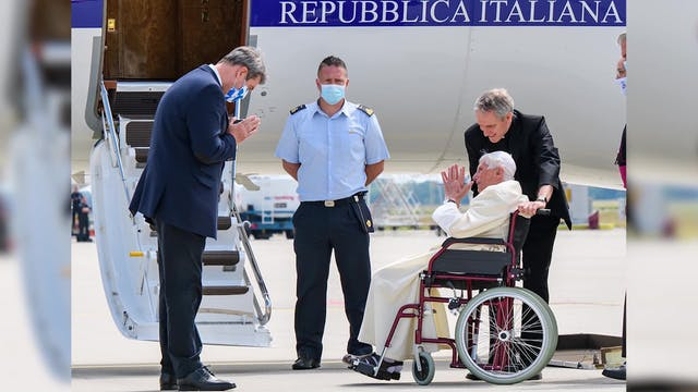 Benedicto XVI regresa al Vaticano, tr...