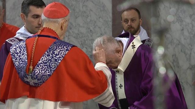 Francisco recibe la ceniza durante la ceremonia de Miércoles de ceniza