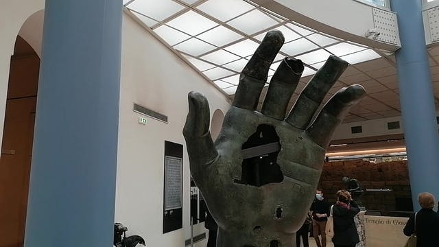 Louvre lends missing piece from the h...