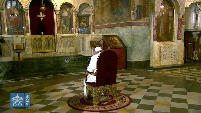 Papa reza ante la cátedra de San Ciri...