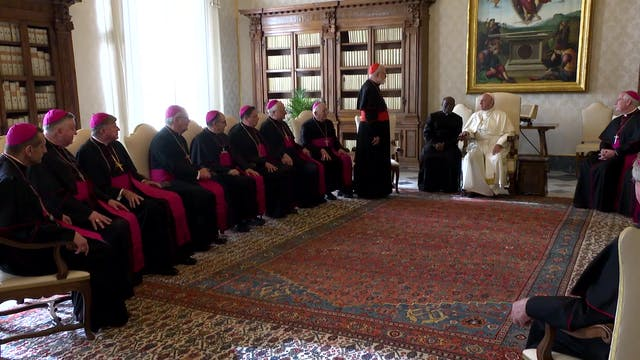 Papa se reúne con primer grupo de obi...