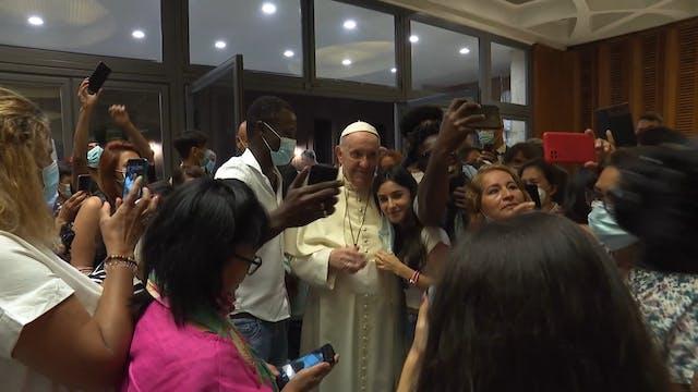 Francisco saluda a refugiados afganos...