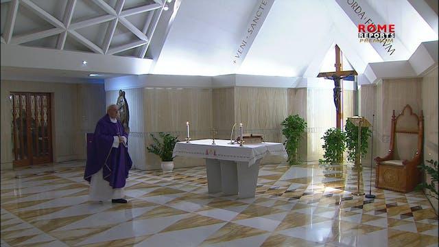 Papa reza en su misa por las personas...