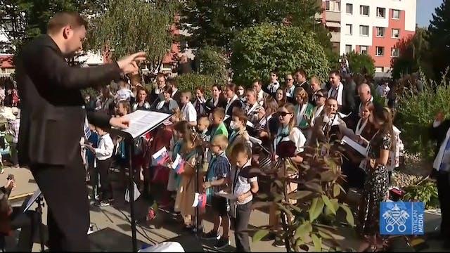 Children's choir sings Slovak songs o...