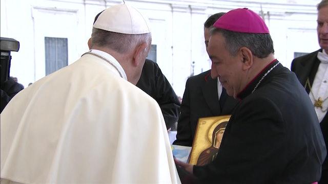 Arzbpo. de Panamá entregó al Papa unas zapatillas y cómic para preparar la JMJ
