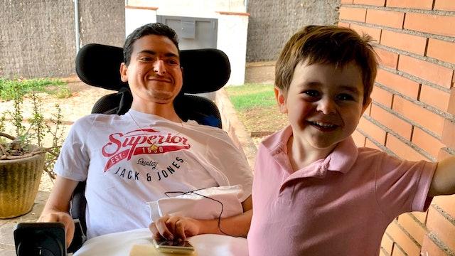 Xavi padece la enfermedad de Duchenne y él y su familia son ejemplo de vitalidad