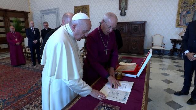 Líder anglicano regala al Papa 20 cursos de apicultura para mujeres sin trabajo