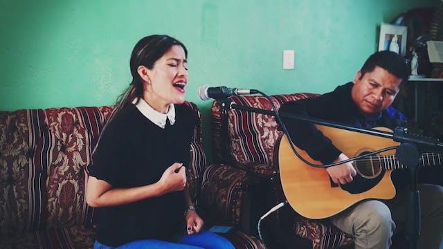 Alejandra Lázaro, nurse who sings to ...