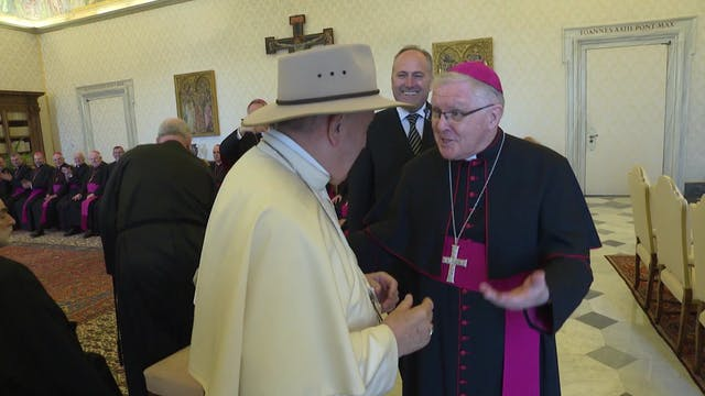 Bishops give the Pope an Australian hat