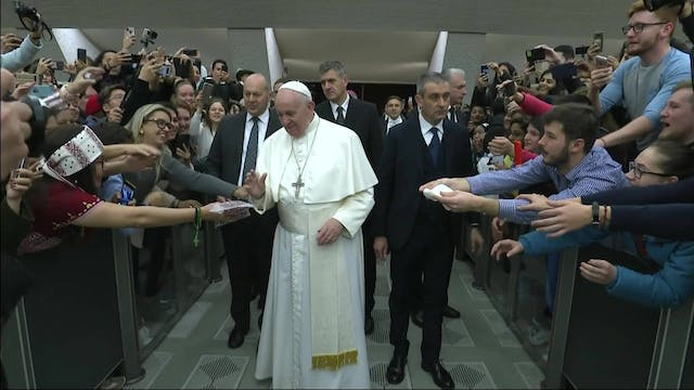 Pope Francis: Setting up Nativity sce...