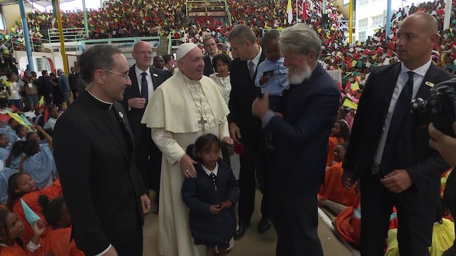Pope visits Akamasoa, the city built on dumpsters: You are a song of hope