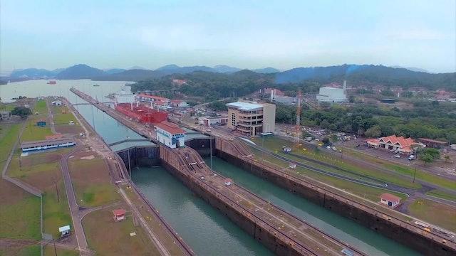El espectáculo único de ver atravesar un barco por el Canal de Panamá