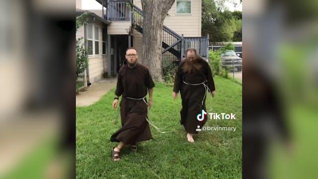 Frailes capuchinos bailan y cantan pa...