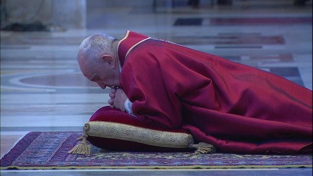 Papa reza postrado en Celebración de la Pasión en la basílica de San Pedro vacía