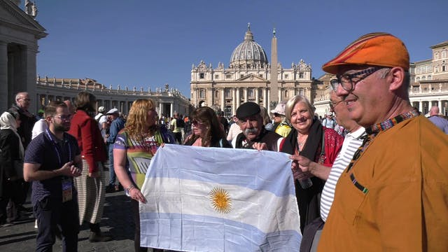 Argentinos viajan al Vaticano pero es...