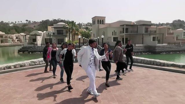 Un grupo de jóvenes lanzan coreografí...