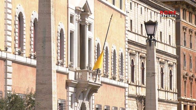 Con banderas a media asta, Vaticano s...