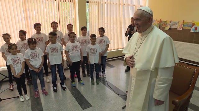 Francisco visita centro de niños refu...