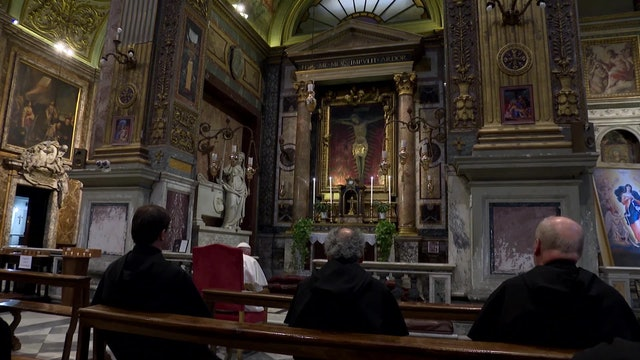 """Romanos piden al """"Crucifijo milagroso"""" que frene la propagación del coronavirus"""