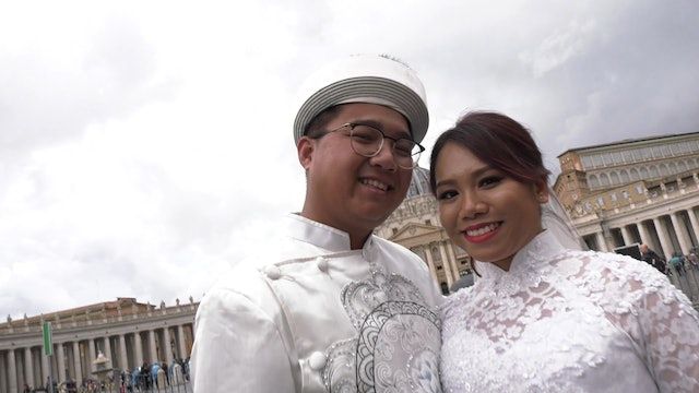 Pope Francis blesses Vietnamese newlyweds from California