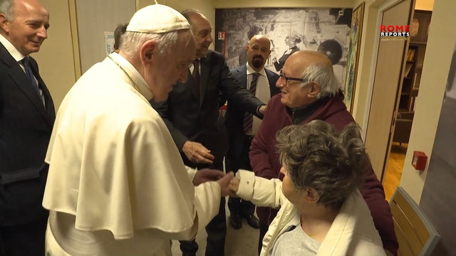 El Papa visita por sorpresa a enfermos de Alzheimer