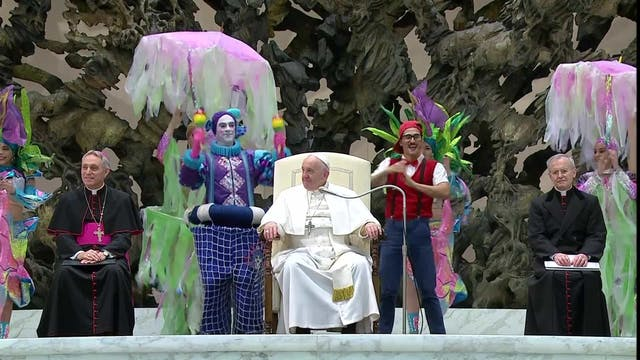 Papa interactúa con artistas de circo...