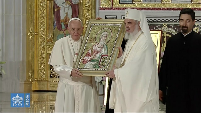 El Papa reza en la espectacular nueva catedral ortodoxa de Bucarest