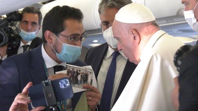 Papa rumbo a Budapest, recibe túnica ...