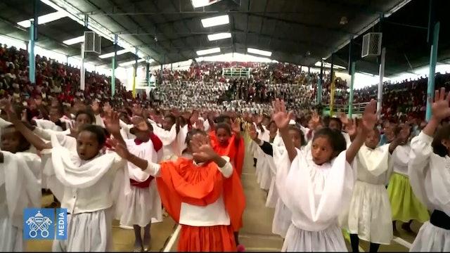 """La canción """"Dios está aquí"""" con la que niños recibieron al Papa en Akamasoa"""