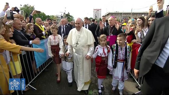 Papa a familias y jóvenes en Rumanía: El maligno trae discordia  y divide