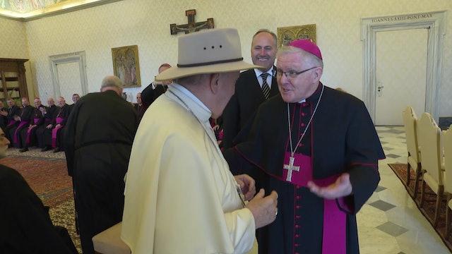 Obispos regalan al Papa un sombrero australiano