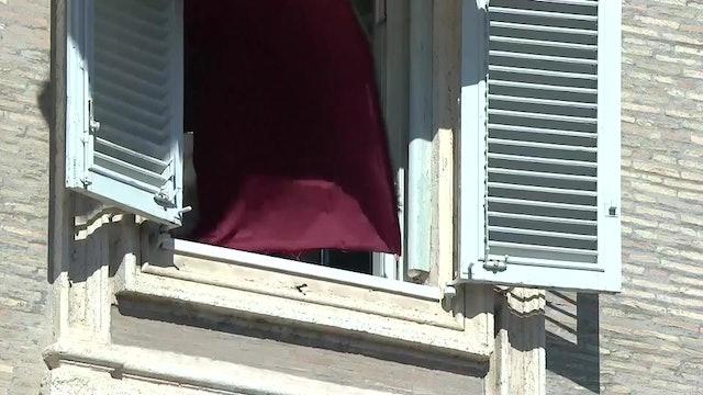 Un golpe de viento oculta al Papa durante el ángelus