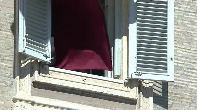 Un golpe de viento oculta al Papa dur...