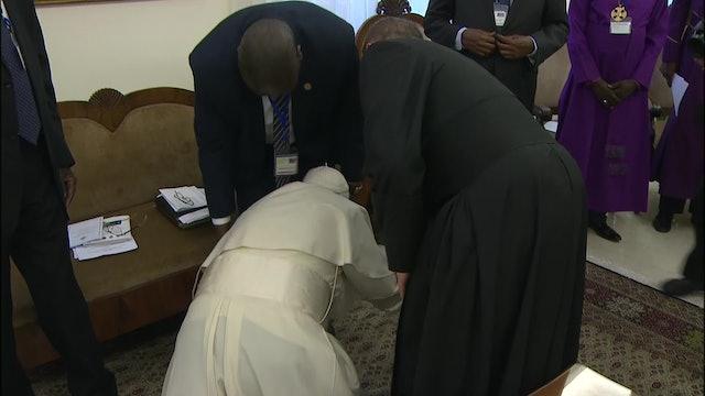 Impactante gesto del Papa: besa los pies de líderes enemigos de Sudán del Sur